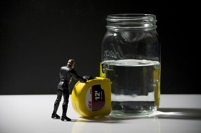 bocal d'eau à moitié plein
